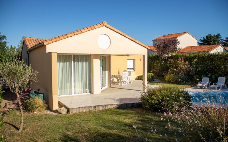 Villa-vendee - Vakantievilla in de Vendée - Les Jardins des Sables d'Olonne - Villa Acacia nr 39 achterkant huis en zwembad 2